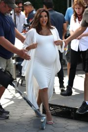 Pregnant Eva Longoria Show off Baby Bump on the Set of Extra at Universal Studios in Hollywood 2018/05/08 11