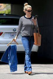 Reese Witherspoon Stills Leaves a Fitting Studio in Beverly Hills 2018/05/04 10