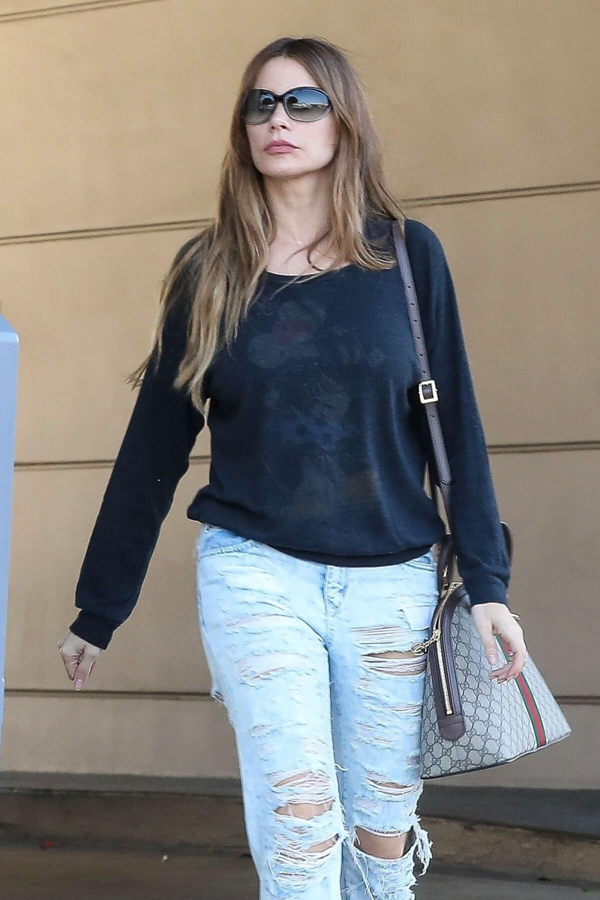 Sofia Vergara Stills in Ripped Jeans at a Tanning Salon in Beverly Hills 2018/05/23 1