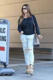 Sofia Vergara Stills in Ripped Jeans at a Tanning Salon in Beverly Hills 2018/05/23 2