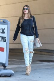 Sofia Vergara Stills in Ripped Jeans at a Tanning Salon in Beverly Hills 2018/05/23 3