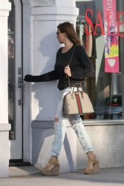 Sofia Vergara Stills in Ripped Jeans at a Tanning Salon in Beverly Hills 2018/05/23 4