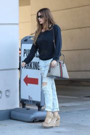 Sofia Vergara Stills in Ripped Jeans at a Tanning Salon in Beverly Hills 2018/05/23 5