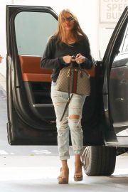 Sofia Vergara Stills in Ripped Jeans at a Tanning Salon in Beverly Hills 2018/05/23 9