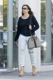 Sofia Vergara Stills in Ripped Jeans at a Tanning Salon in Beverly Hills 2018/05/23 10