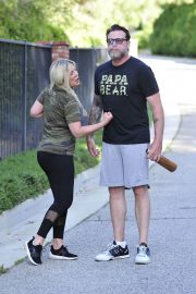 Tori Spelling and Dean McDermott Stills Out for a Power Walk in Los Angeles 2018/04/25 1