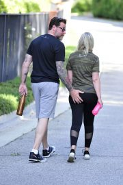 Tori Spelling and Dean McDermott Stills Out for a Power Walk in Los Angeles 2018/04/25 4