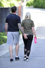 Tori Spelling and Dean McDermott Stills Out for a Power Walk in Los Angeles 2018/04/25 5