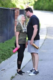 Tori Spelling and Dean McDermott Stills Out for a Power Walk in Los Angeles 2018/04/25 6