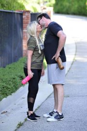 Tori Spelling and Dean McDermott Stills Out for a Power Walk in Los Angeles 2018/04/25 7