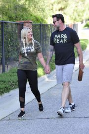 Tori Spelling and Dean McDermott Stills Out for a Power Walk in Los Angeles 2018/04/25 8