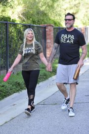 Tori Spelling and Dean McDermott Stills Out for a Power Walk in Los Angeles 2018/04/25 9