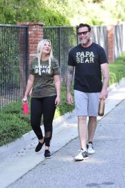 Tori Spelling and Dean McDermott Stills Out for a Power Walk in Los Angeles 2018/04/25 10