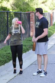 Tori Spelling and Dean McDermott Stills Out for a Power Walk in Los Angeles 2018/04/25 12
