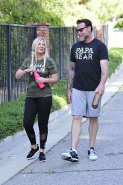 Tori Spelling and Dean McDermott Stills Out for a Power Walk in Los Angeles 2018/04/25 13