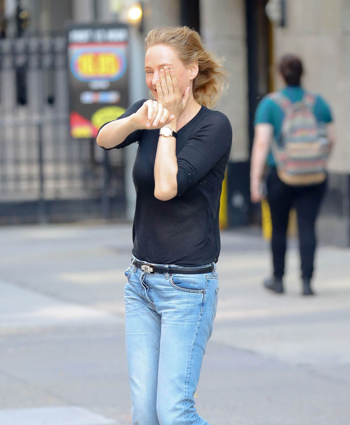 Uma Thurman Stills in Jeans Out in New York 2018/05/15 2