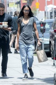 Zoe Saldana in Jeans Out for Coffee in Los Angeles 2018/05/28 1