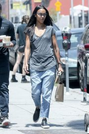 Zoe Saldana in Jeans Out for Coffee in Los Angeles 2018/05/28 4