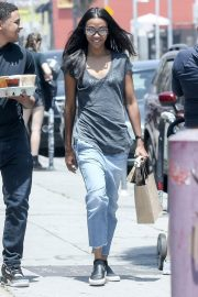 Zoe Saldana in Jeans Out for Coffee in Los Angeles 2018/05/28 7