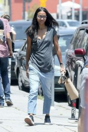 Zoe Saldana in Jeans Out for Coffee in Los Angeles 2018/05/28 9