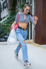Bella Hadid in Ripped Jeans Out in New York 2018/06/02 1