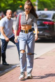 Bella Hadid in Ripped Jeans Out in New York 2018/06/02 3