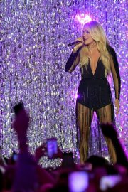 Carrie Underwood Performs at 2018 CMT Music Awards in Nashville 2018/06/06 3