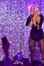 Carrie Underwood Performs at 2018 CMT Music Awards in Nashville 2018/06/06 4