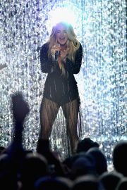 Carrie Underwood Performs at 2018 CMT Music Awards in Nashville 2018/06/06 8
