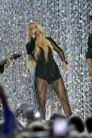 Carrie Underwood Performs at 2018 CMT Music Awards in Nashville 2018/06/06 9