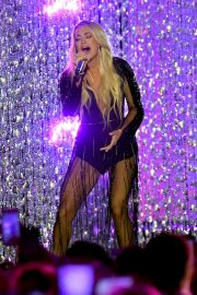 Carrie Underwood Performs at 2018 CMT Music Awards in Nashville 2018/06/06 10