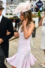 Elizabeth Hurley at Investec Derby Festival Ladies Day at Epsom Racecourse 2018/06/01 5