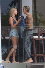 Hailey Baldwin and Justin Bieber on His Mansion Balcony in Miami 2018/06/11 24