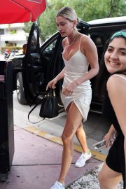 Hailey Baldwin Arrives at a Church Conference in Miami 2018/06/10 5