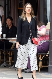 Jessica Alba Shopping at Robert Clergerie and Roger Gallet in Paris 2018/06/12 1