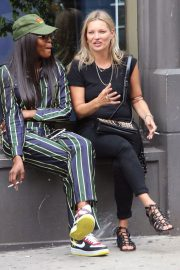 Kate Moss and Naomi Campbell Take in a Smoke in New York 2018/06/07 2
