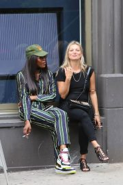 Kate Moss and Naomi Campbell Take in a Smoke in New York 2018/06/07 3