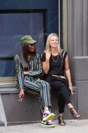 Kate Moss and Naomi Campbell Take in a Smoke in New York 2018/06/07 4