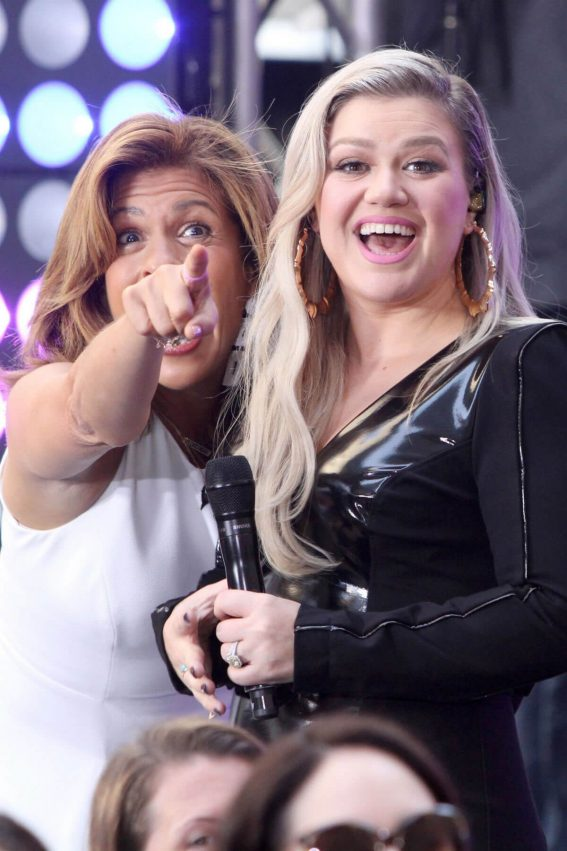 Kelly Clarkson Performs at Today Show Concert Series in New York 2018/06/08 4