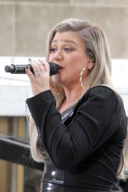 Kelly Clarkson Performs at Today Show Concert Series in New York 2018/06/08 5