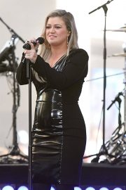Kelly Clarkson Performs at Today Show Concert Series in New York 2018/06/08 7
