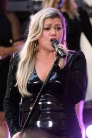 Kelly Clarkson Performs at Today Show Concert Series in New York 2018/06/08 8