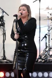 Kelly Clarkson Performs at Today Show Concert Series in New York 2018/06/08 9