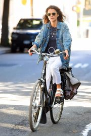 Keri Russell Riding a Bike Out in New York 2018/06/12 3