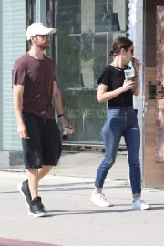 Lizzy Caplan and Tom Riley Out Shopping in Beverly Hills 2018/06/20 6
