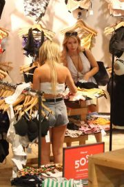 Lottie Moss Shopping at Urban Outfitters in Barcelona 2018/06/13 1