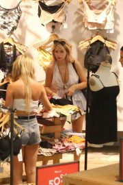 Lottie Moss Shopping at Urban Outfitters in Barcelona 2018/06/13 5