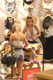 Lottie Moss Shopping at Urban Outfitters in Barcelona 2018/06/13 7