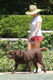 Reese Witherspoon Out with Her Dog in Beverly Hills 2018/06/09 8