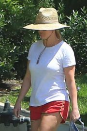 Reese Witherspoon Out with Her Dog in Beverly Hills 2018/06/09 10